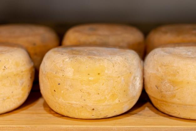 Deliciosa variedade de queijo rústico