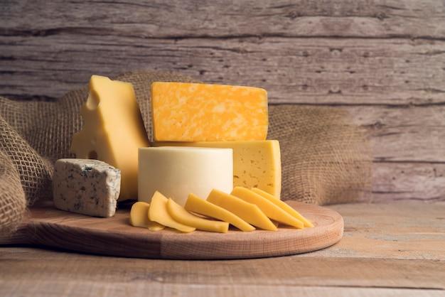 Deliciosa variedade orgânica de queijo em cima da mesa