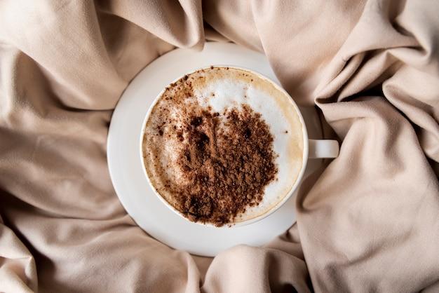 Deliciosa xícara de café com cacau em pó