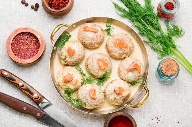 Deliciosas almôndegas de ovas de bacalhau caseiras. rissole de peixe ou almôndegas.