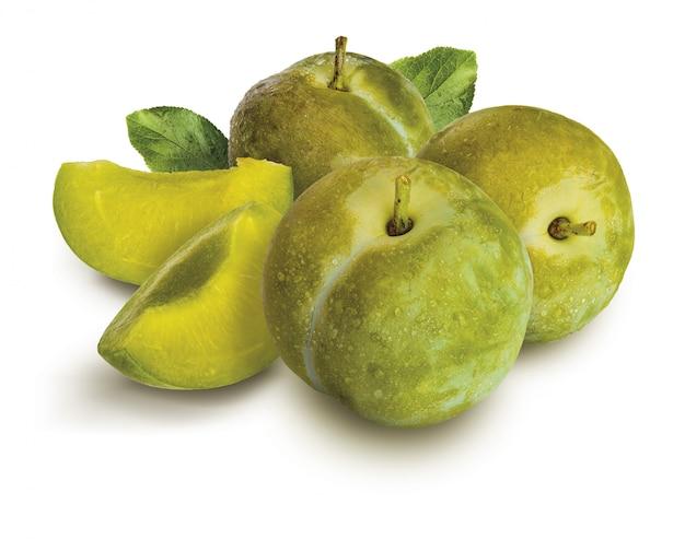 Deliciosas ameixas verdes frescas e claudias cruas, com folhas