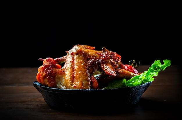 Deliciosas asas de frango grelhado e salada de legumes
