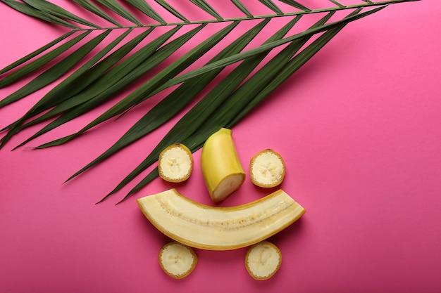 Deliciosas bananas cortadas com folhas tropicais coloridas