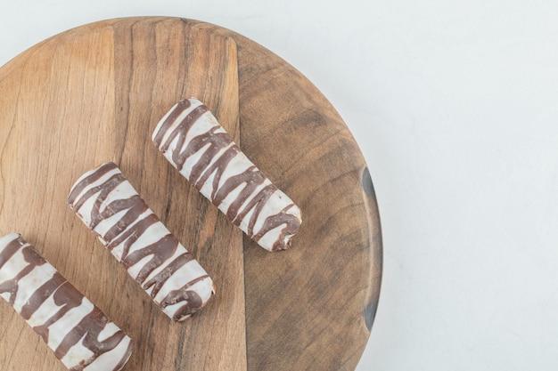 Deliciosas barras de chocolate na mesa de madeira.