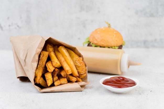 Deliciosas batatas fritas com hambúrguer turva