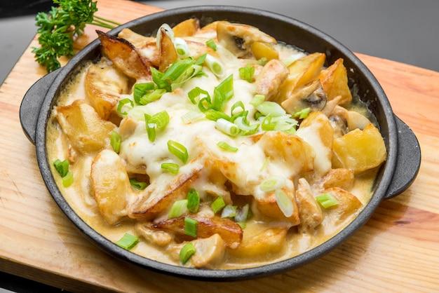 Deliciosas batatas fritas douradas no café de fast food