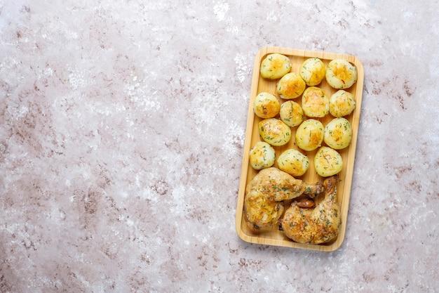 Deliciosas batatas jovens assadas com endro e frango, vista superior