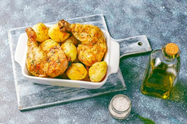 Deliciosas batatas jovens assadas com endro e frango