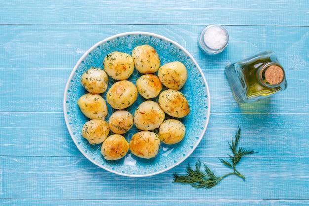 Deliciosas batatas jovens assadas com endro, vista superior