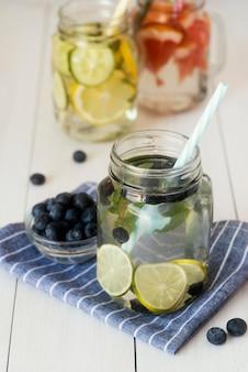 Deliciosas bebidas frutadas de alto ângulo