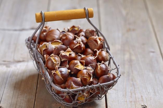 Deliciosas castanhas assadas em uma cesta de arame