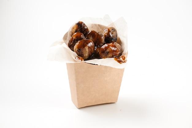 Deliciosas castanhas isoladas em saco de papel em branco