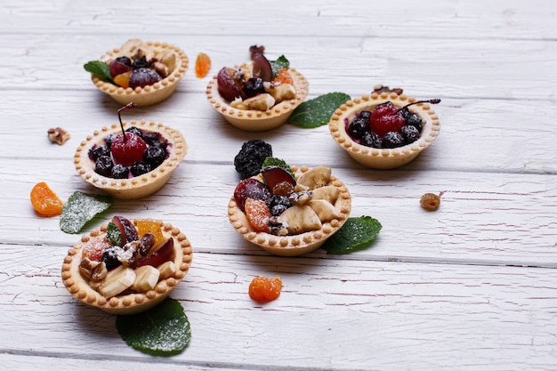 Deliciosas cestas de frutas assadas com frutas exóticas, frutos e nozes