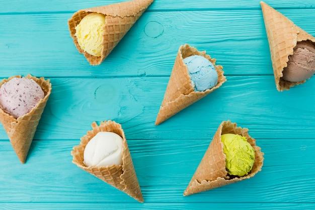 Deliciosas cornetas exóticas de sorvete