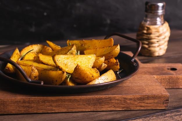 Deliciosas fatias de batata assada com alecrim e azeite