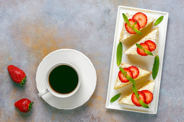 Deliciosas fatias de bolo caseiro de morango com creme e morangos frescos
