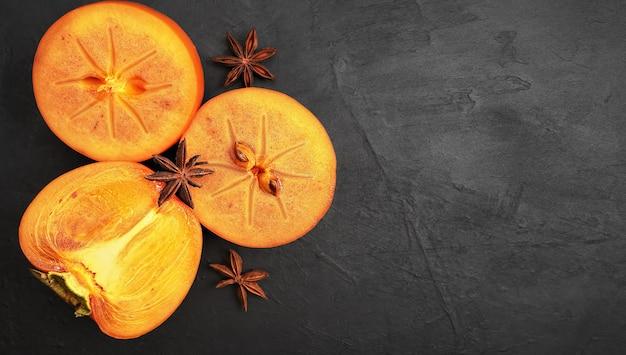 Deliciosas fatias de frutas frescas de caqui. copie o espaço, vista superior. ingredientes e temperos para geléia de caqui.