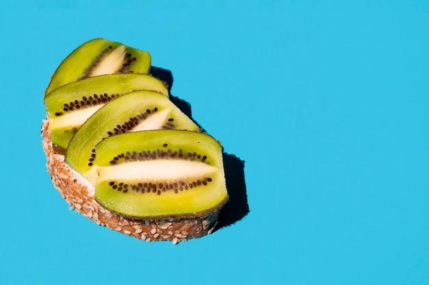 Deliciosas fatias de kiwi em um sanduíche saudável