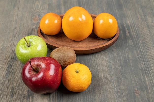 Deliciosas frutas diversas em uma mesa de madeira. foto de alta qualidade