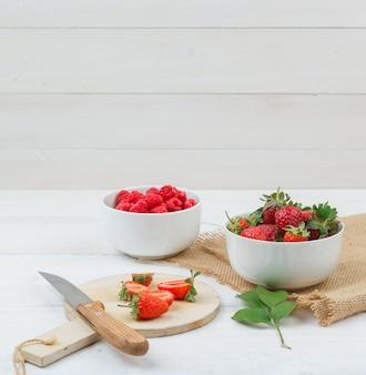 Deliciosas frutas silvestres na mesa de madeira