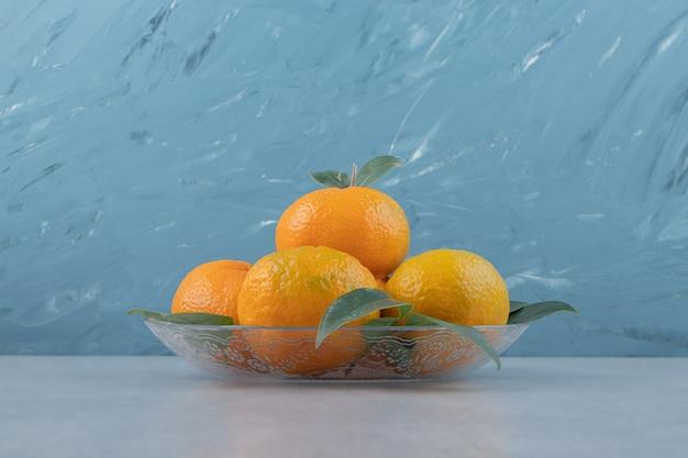 Deliciosas frutas tangerina em prato de vidro