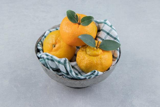 Deliciosas frutas tangerina em tigela de metal