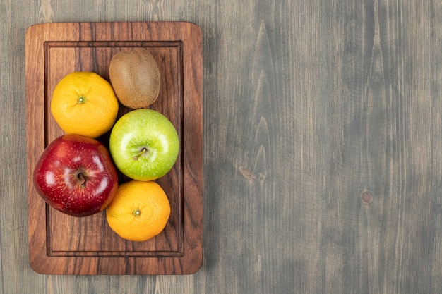 Deliciosas frutas variadas em uma mesa de madeira