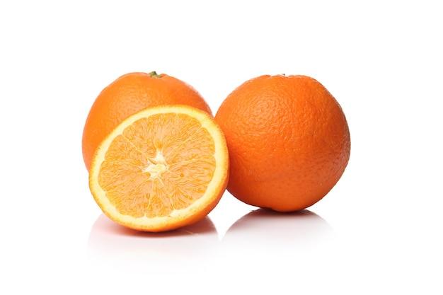 Deliciosas laranjas em uma superfície branca