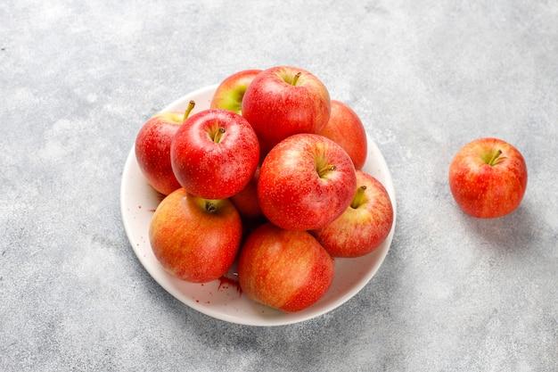 Deliciosas maçãs vermelhas orgânicas maduras.