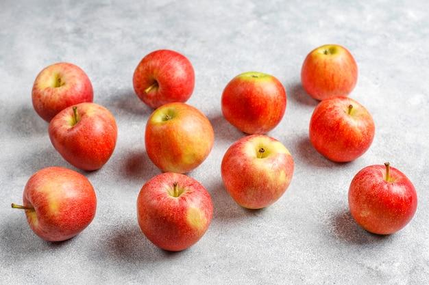 Deliciosas maçãs vermelhas orgânicas maduras