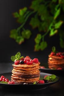 Deliciosas panquecas assadas com frutas frescas de framboesas, groselhas e morangos