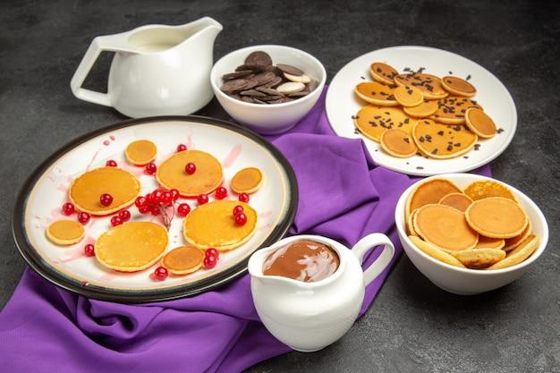 Deliciosas panquecas com biscoitos no preto