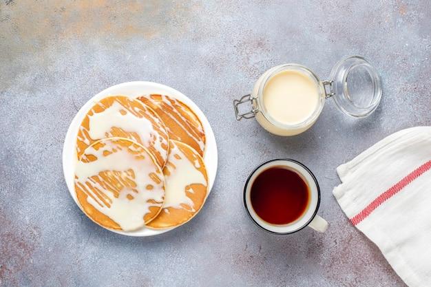 Deliciosas panquecas com leite condensado.