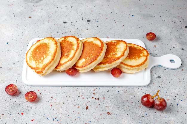 Deliciosas panquecas com uvas vermelhas.