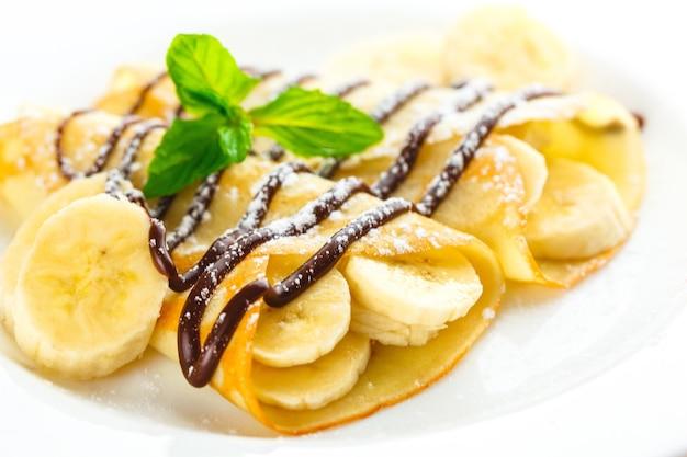 Deliciosas panquecas enroladas com banana