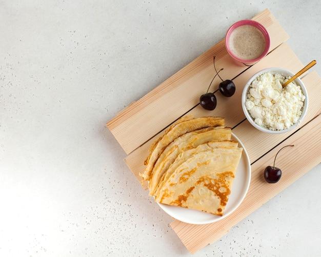 Deliciosas panquecas no prato com café e frutas. café da manhã, sobremesa, receita, culinária francesa .. maslenitsa