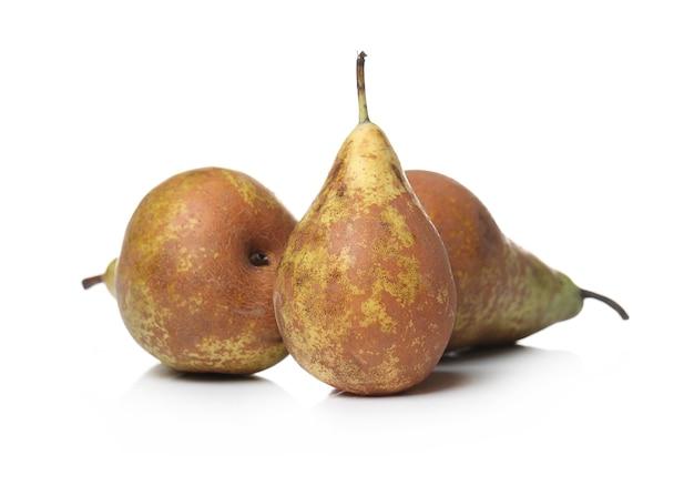 Deliciosas peras em uma superfície branca