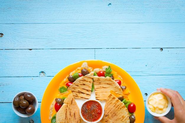 Deliciosas quesadillas de legumes com tomate, azeitona, queijo e cheddar