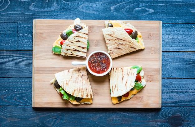 Deliciosas quesadillas de legumes com tomate, azeitonas e queijo cheddar