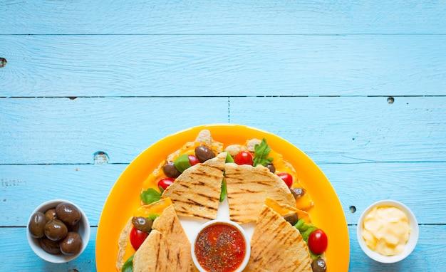 Deliciosas quesadillas de legumes com tomates, azeitonas, saãƒâ²ad e cheddar