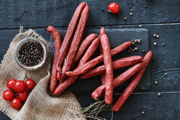 Deliciosas salsichas com ingredientes
