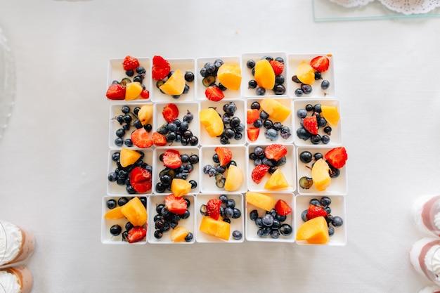 Deliciosas sobremesas cremosas saborosas com frutas na mesa da restauração