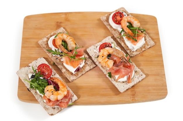 Deliciosas torradas saudáveis com frutos do mar frescos