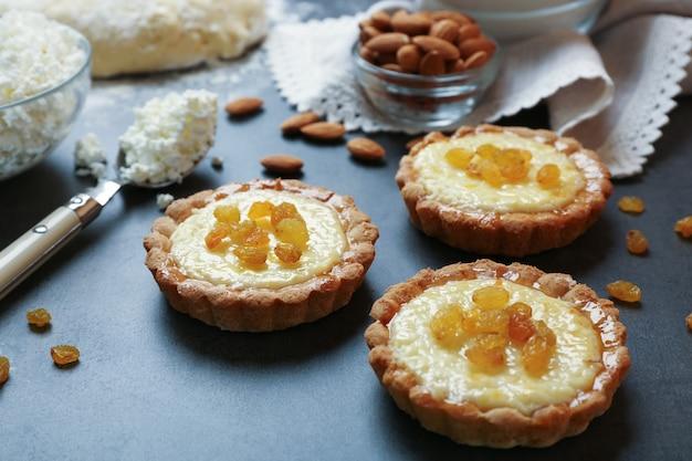 Deliciosas tortas crocantes com passas na mesa