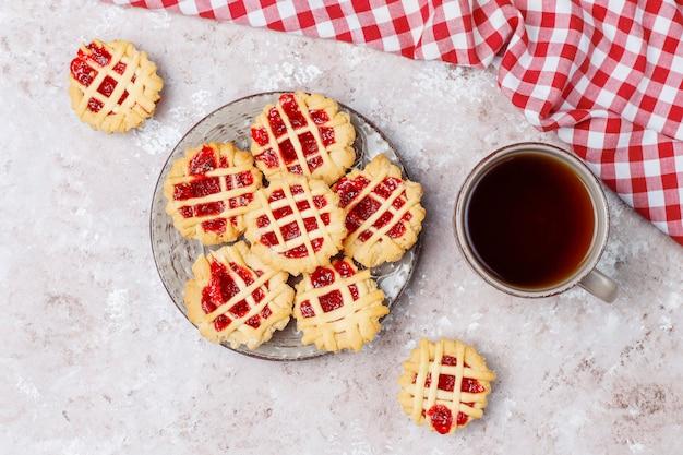 Deliciosas tortas de mini bagas vermelhas, vista superior