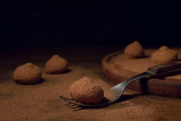 Deliciosas trufas na tábua de madeira