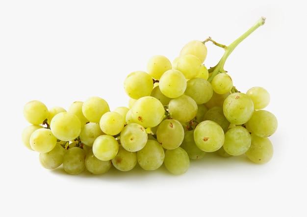 Deliciosas uvas brancas em branco