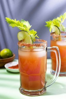 Delicioso arranjo de bebida michelada