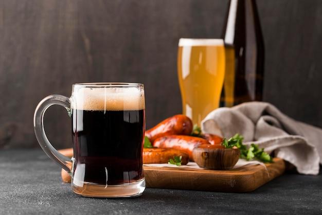Delicioso arranjo de cerveja e salsichas
