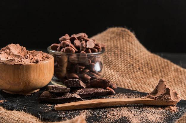 Delicioso arranjo de chocolate no pano escuro